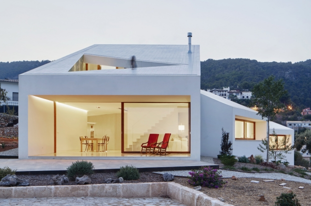 "<a href=""http://backstage.worldarchitecturenews.com/wanawards/project/mm-house/"" target=""_blank"">MM House</a> in Palma de Mallorca, Spain by © OHLAB"