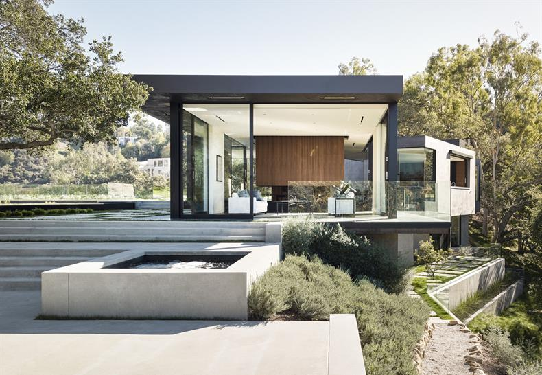 "<a href=""http://backstage.worldarchitecturenews.com/wanawards/project/oak-pass-house/"" target=""_blank"">Oak Pass House</a> in Beverly Hills, United States by Walker Workshop © Joe Fletcher"
